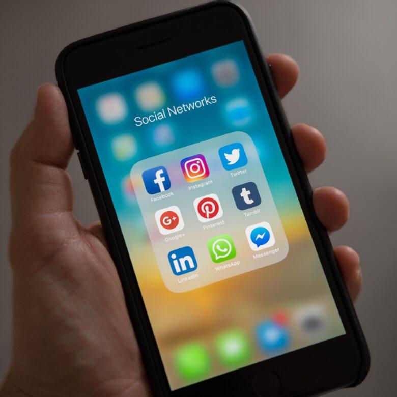 Présentation des icônes de réseaux sociaux sur mobile