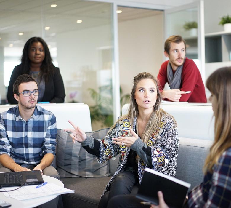 Réunion de travail avec un consultant en marketing digital