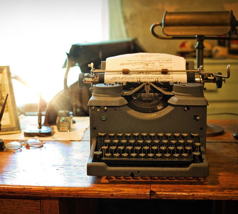 machine à écrire vintage posée sur un bureau